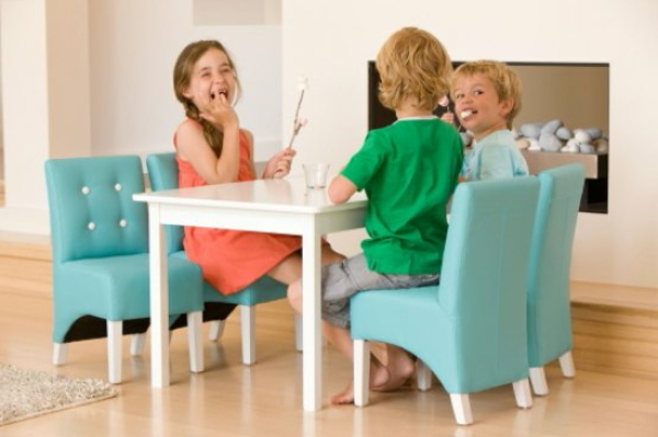 schönes-modell-vom-weißen-tisch-für-kinder-und-blaue-kinderstühle