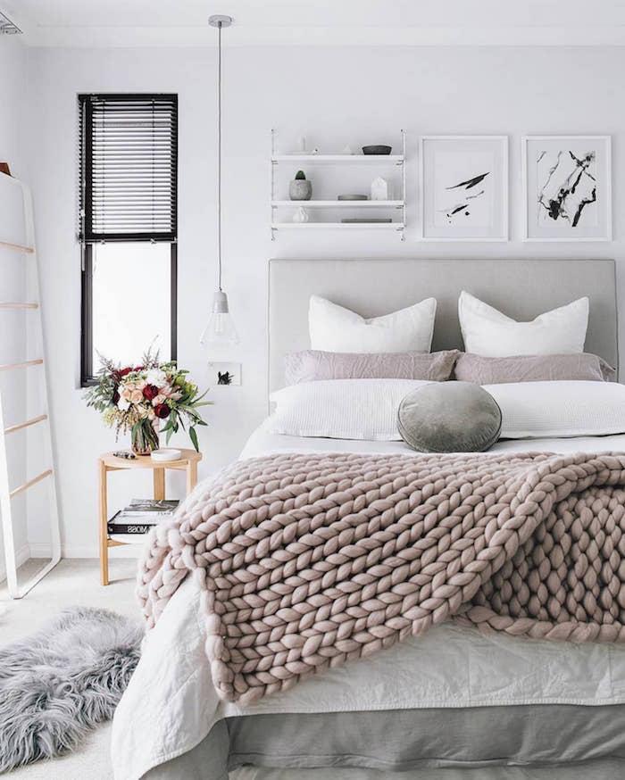 Schlafzimmer in Weiß und hellen Pastellfarben, Deko Kissen und gestrickte Decke