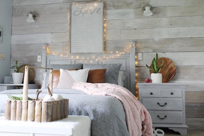 Schlafzimmer gemütlich dekorieren, Lichterkette über dem Bett, Kürbisse im Korb