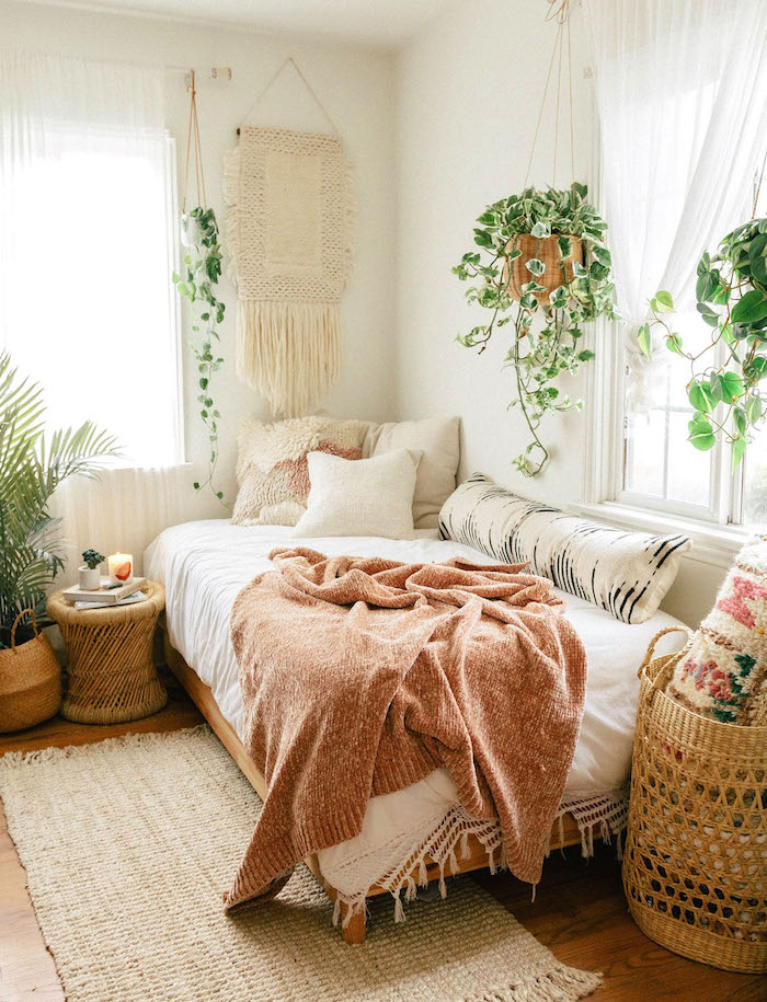 Boho Schlafzimmer Ideen, Möbel und Deko aus Rattan, hängende Grünpflanzen