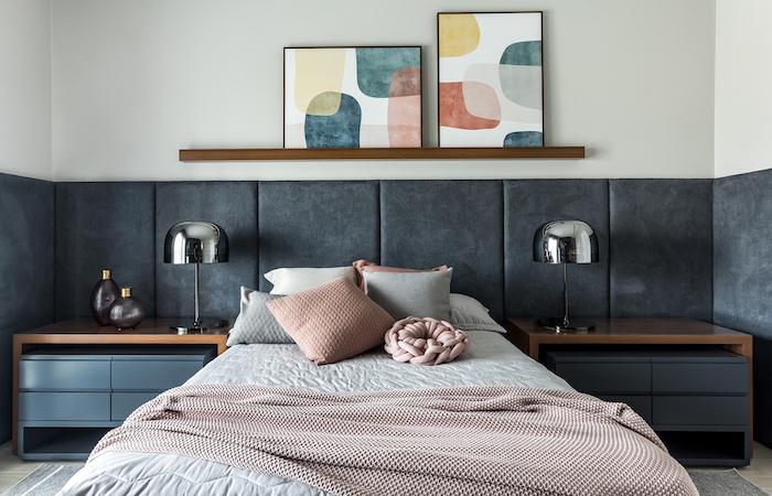 Schlafzimmer modern gestalten, Bettwäsche in Pastellfarben, abstrakte Gemälde