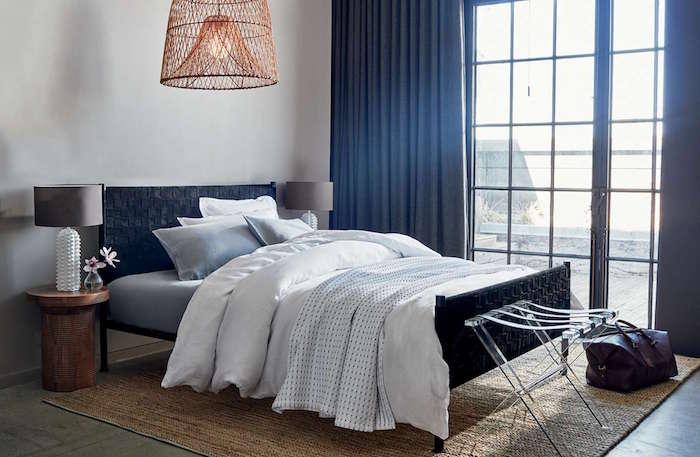 Schlafzimmer in Blau und Weiß, massiver Kronleuchter, Nachttische aus Massivholz