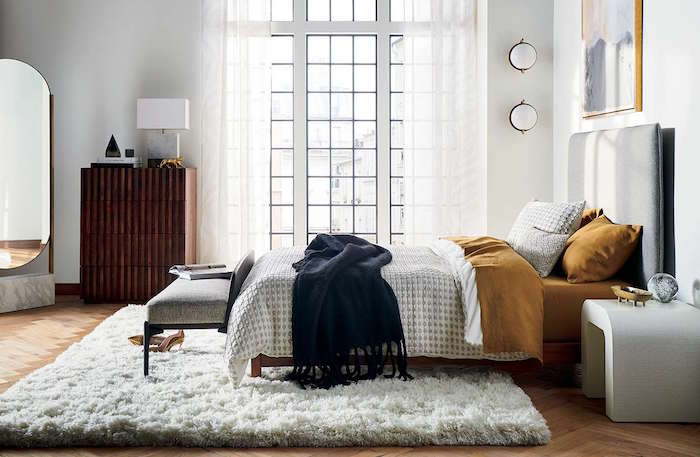 Schlafzimmer Einrichtung Ideen, Stehspiegel und Schrank aus Massivholz, flauschiger Teppich