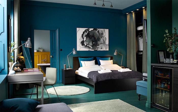 Schlafzimmer Einrichtung, Wandfarbe Topas, abstraktes Gemälde