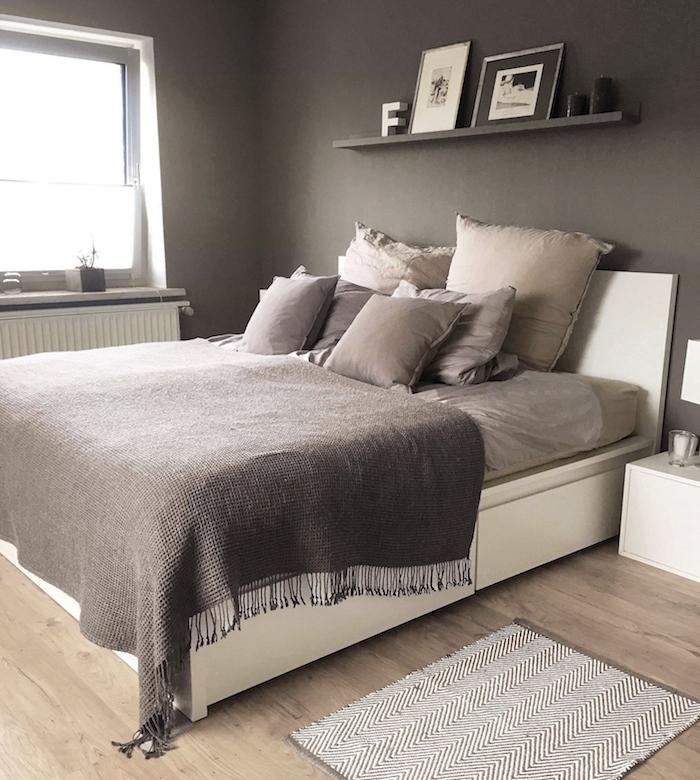 Schlafzimmer Ideen in Grau, weißes Bett, graue Bettwäsche, simples Wandregal