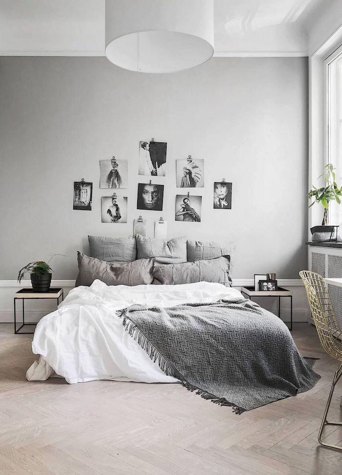 Cozy Schlafzimmer in Grau, Fotos an der Wand, Deko Kissen und graue Decke