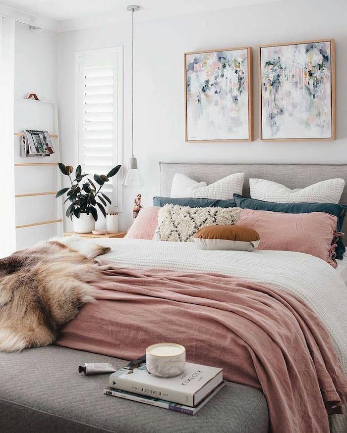 Boho Schlafzimmer Ideen, abstrakte Gemälde, Wandfarbe weiß, Bettwäsche in Pastellfarben