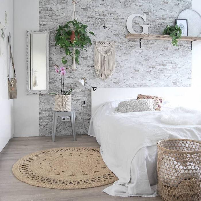 Boho Schlafzimmer mit Rattan Deko Artikeln und hängenden Grünpflanzen