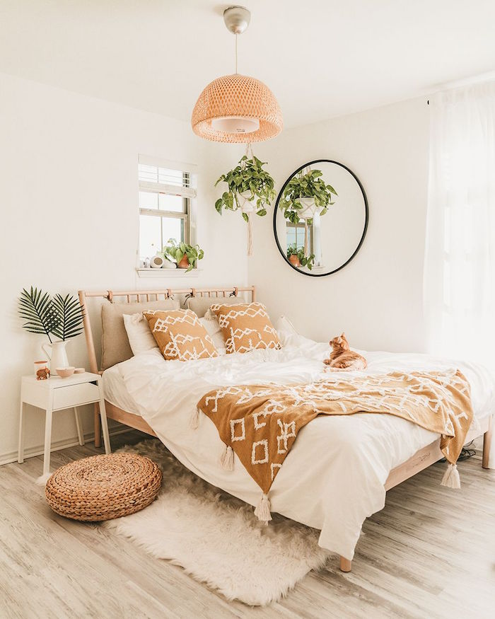 Boho Schlafzimmer Ideen, Rattan Möbel und Deko Artikel, hängende Grünpflanzen, flauschiger Teppich