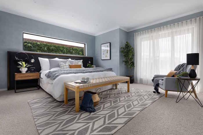 Schlafzimmer Einrichtung in Grau, Loungesessel und Möbel aus Massivholz