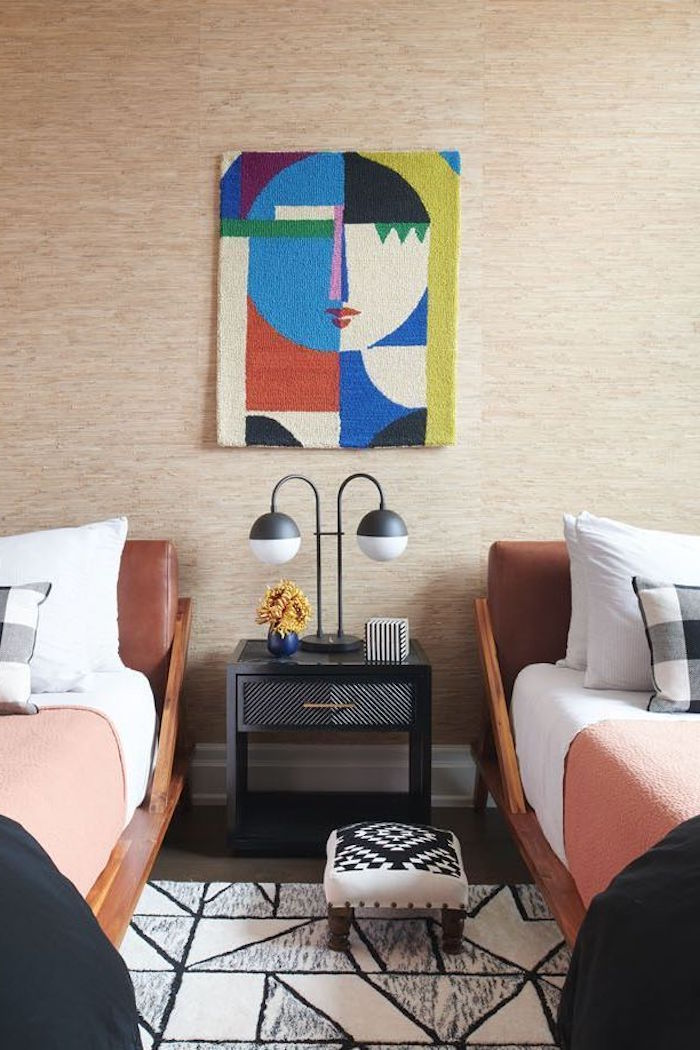 Schlafzimmer Ideen, zwei Einzelbetten, abstraktes Gemälde