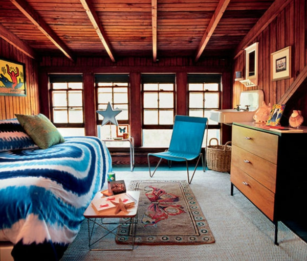 schlafzimmer-mit-dachschräge-hölzerne-zimmerdecke