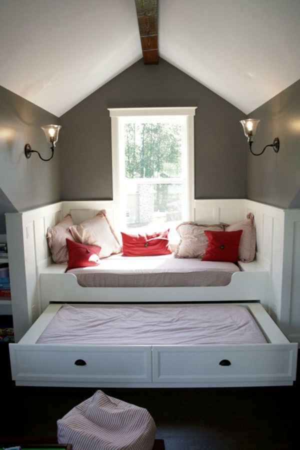 schlafzimmer-mit-dachschräge-moderne-weiße-möbelstücke