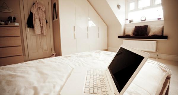 schlafzimmer-mit-dachschräge-weiße-bettwäsche