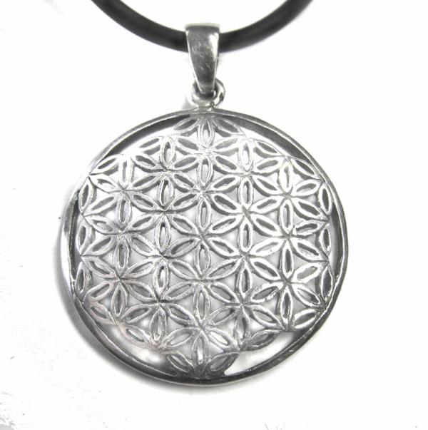 schmuckstück-silber-schwarzer-band-idee-für-juwel-aus-silber-silberne-juwel