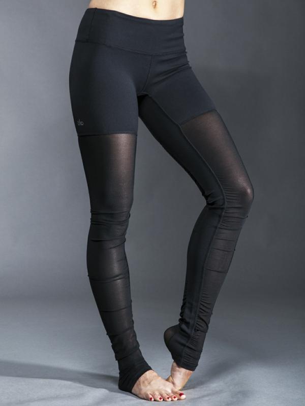schwarze-Yoga-Hosen-mit-durchsichtigem-Teil-resized