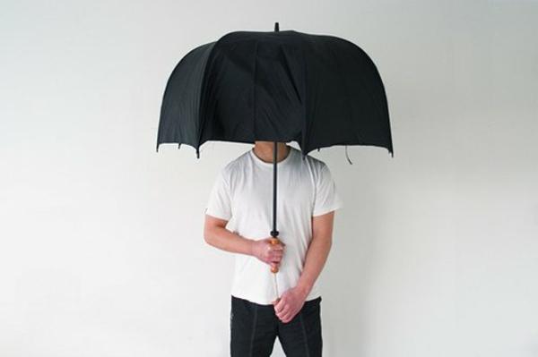 schwarzer-schöner-regeschirm-lustiges-kreatives-foto