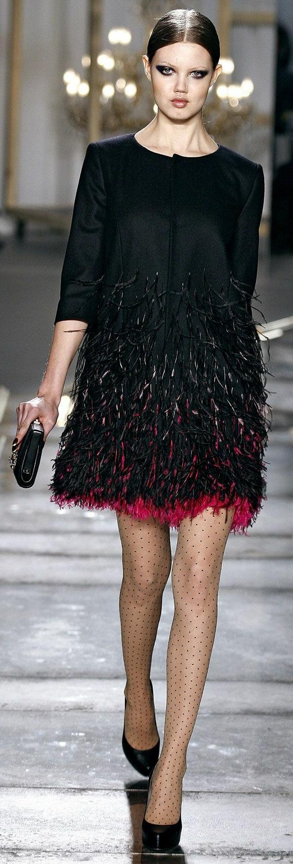 schwarzes-Cocktail-Kleid-mit-rosa-Kant