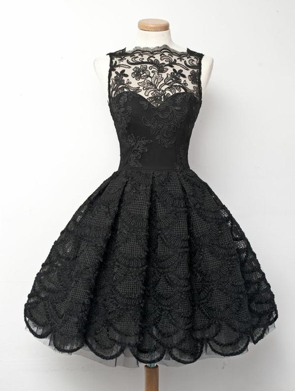 schwarzes-Kleid-mit-Stickerei