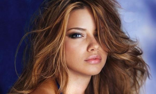 sexy-adriana-lima-mit-herrlichen-hellen-haaren