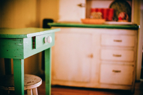 shabby-chic-gestaltung-interessante-küche-mit-einem-hölzernen-tisch
