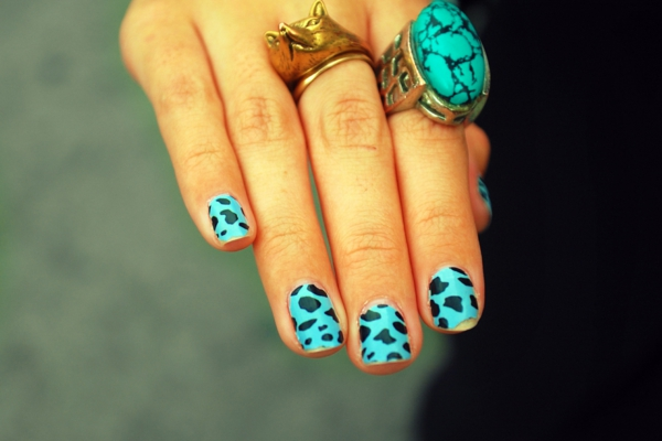 sommer-nageldesign-blaue-farbe-sehr-schön