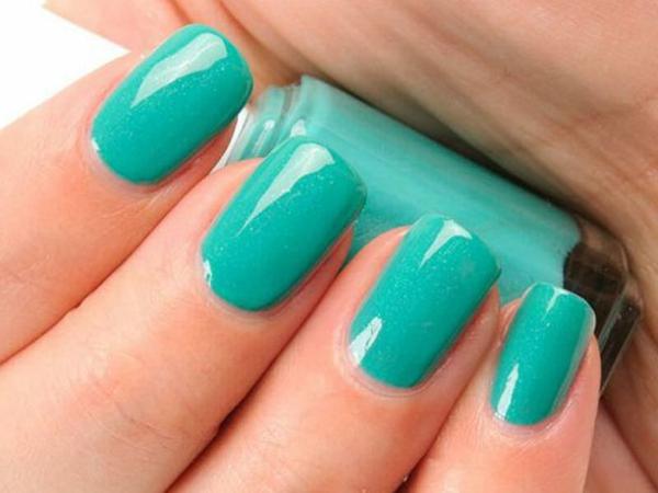 sommer-nageldesign-blaue-farbe
