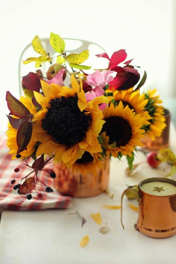 sommerliche--tischdeko-mit-blumen-wunderschöne-gelbe-blumendeko-in-gelb