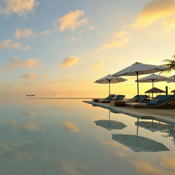 sonnenuntergang-am-pool-urlaub-malediven-reisen- malediven-reise-ideen-für-reisen
