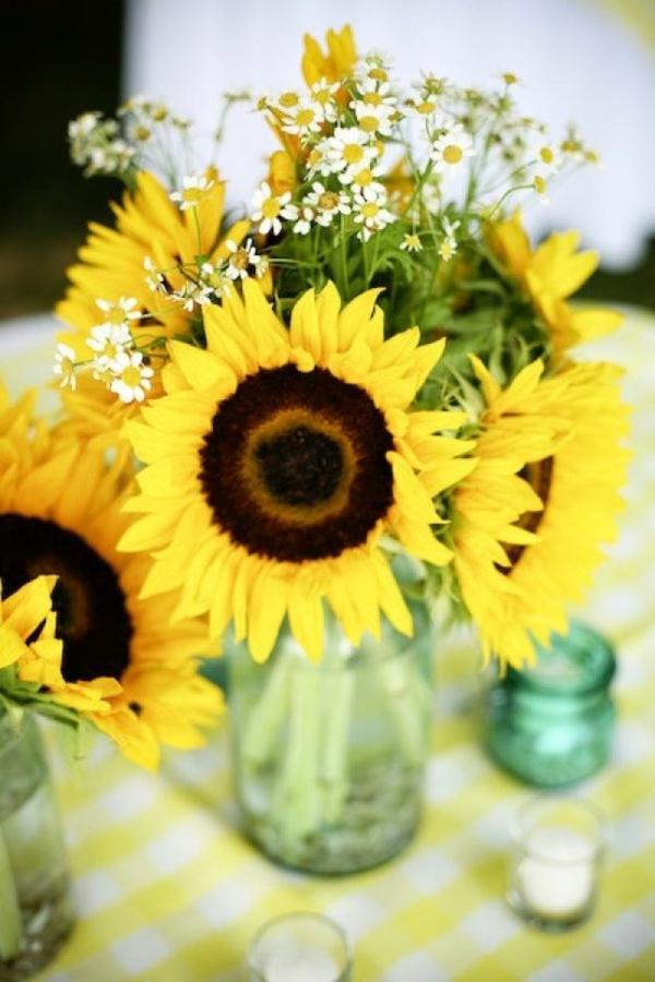 sonnige-tischdeko-mit-blumen-wunderschöne-gelbe-blumendeko-in-gelb-gänseblümchen