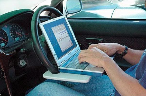 spezieller-tisch-für-laptop-im-auto
