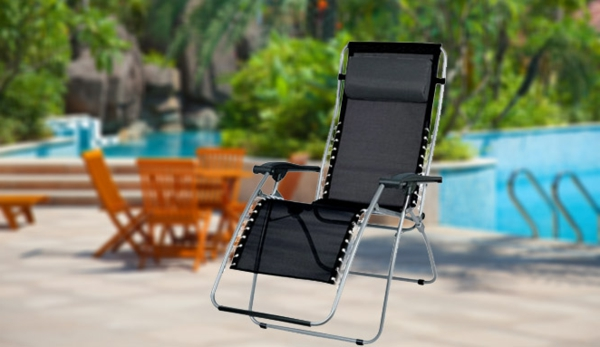 super-design-schwarzer-liegestuhl-neben-dem-pool