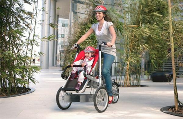 super-foto-von-einem-modernen-design-vom-kinderwagen-eine-mutti-und-ein-kleines-kind
