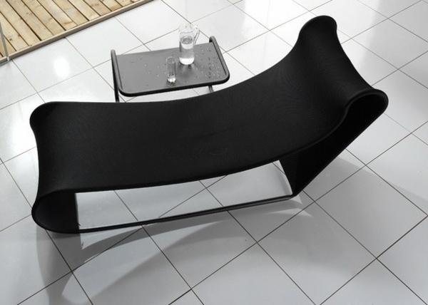 super-gestaltung-vom-liegestuhl-in-schwarzer-farbe-foto-von-oben-genommen