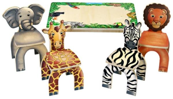 super-lustige-stühle-für-kinder-neben-einem-kleinen-tisch
