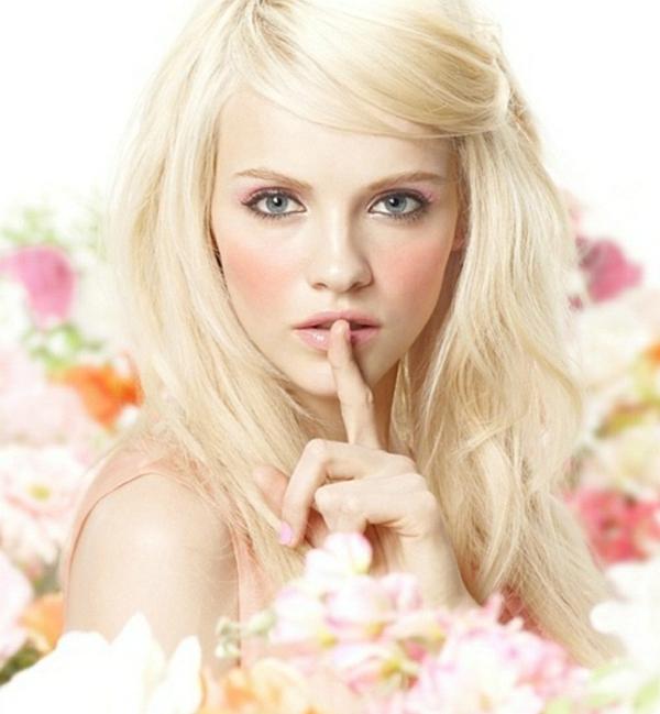super-süße-blonde-frau-mit-einem-schlichten-make-up-zum-frühling