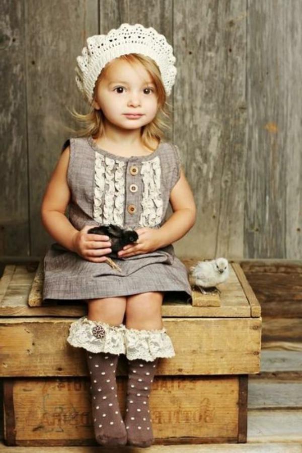 super-süßes-kleines-schön-angekleidetes-mädchen