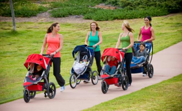super-schönes-bild-von-vier-müttern-mit-kinderwagen-machen-spaziergang-im-park