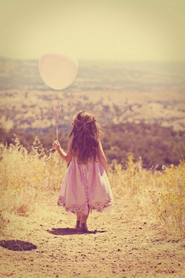 super-schönes-kleines-mädchen-mit-einem-ballon