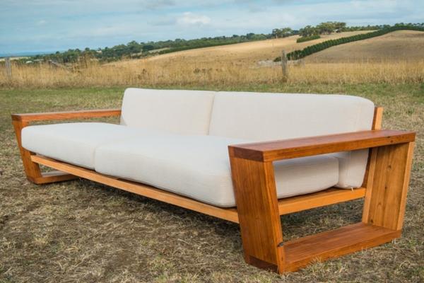 super-schönes-sofa-aus-bauholz-draußen-gestellt - modernes aussehen