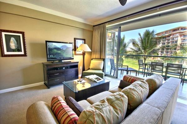 super-schönes-sofa-mit-dekokissen-im-großen-wohnzimmer