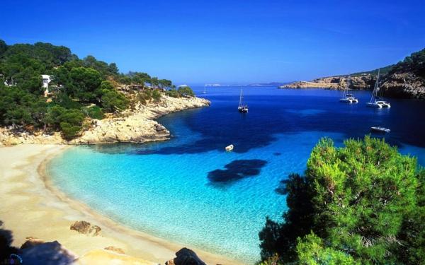 türkisblaues-Wasser-in-Ibiza-resized