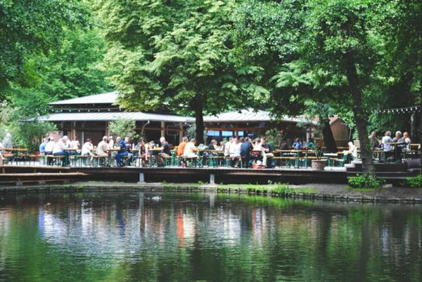 teich-in-berlin-im-frühling-grüne-natur-sehr-schön