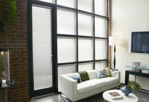 ultramoderne-aluminium-jalousien-neben-einem-weißen-sofa