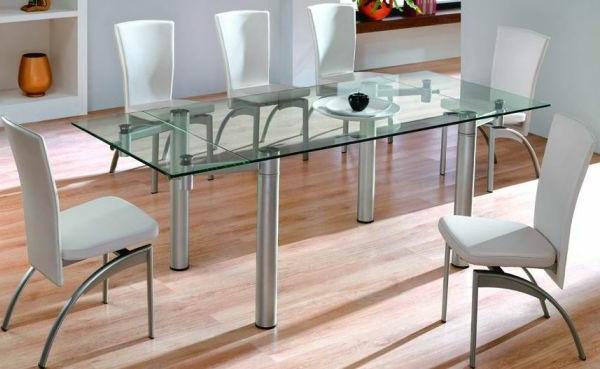 ultramodernes-esszimmer-mit-einem-glasplatte-esstisch-und-weißen-stühlen