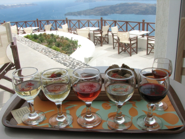 verschiedene-Weinsorten-im-Weingut-in-Santorini