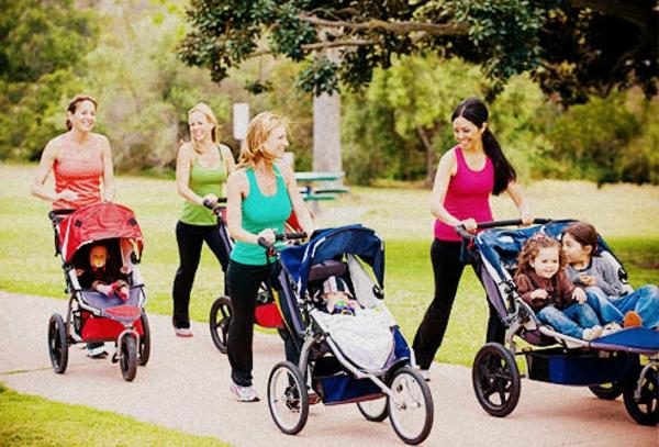 viele-mütter-laufen-zusammen-im-park-mit-ihren-kleinen-kindern-in-kinderwagen