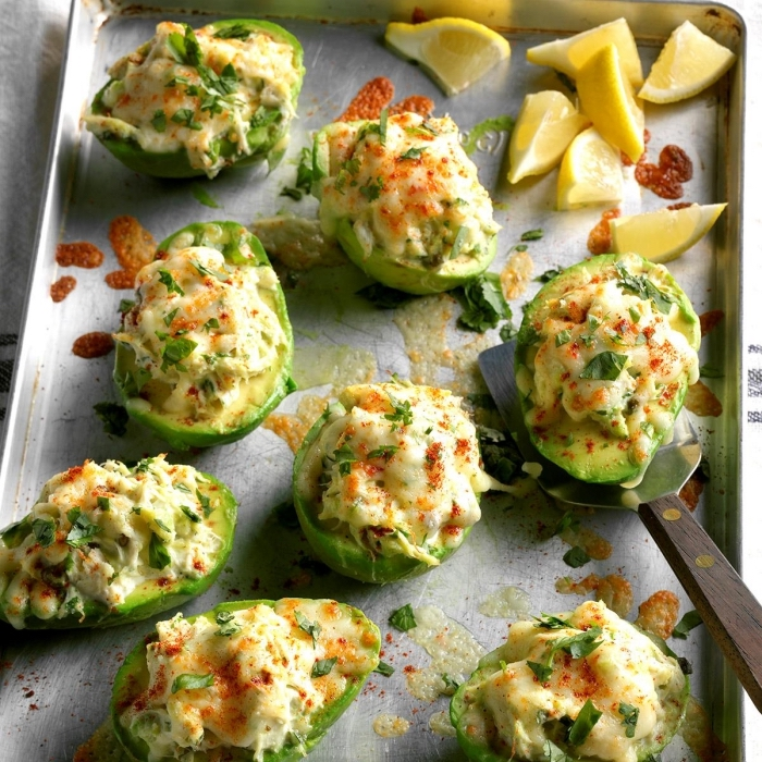 was gehört zu einem brunch, avocadohälften gefüllt mit käse, eiern und paprika, essen für gäste