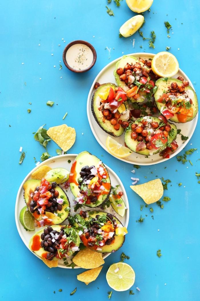 was gehört zu einem brunch, avocados mit füllung aus bohnen, tomaten und anderen gemüsen