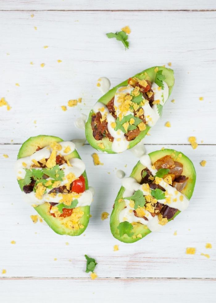 avocadohäften gefüllt mit gemüse und garniert mit knoblauchsoße, was gehört zu einem brunch, gesunde rezpete
